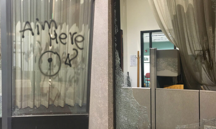 Los alborotadores rompieron las ventanas y provocaron un incendio en el edificio del Condado de Multnomah en el este de Portland, Ore., el 18 de agosto de 2020. (Oficina de Policía de Portland)