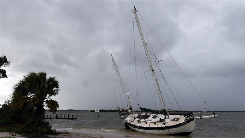 Vista de un velero que fue llevado a la costa después de perder su amarre por los fuertes vientos de la tormenta Laura en el South Causeway Park en Fort Pierce, Florida (Estados Unidos). EFE/ Jim Rassol/Archivo