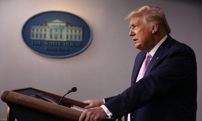 El presidente de los Estados Unidos Donald Trump da una conferencia de prensa en la sala Brady de la Casa Blanca el 19 de agosto de 2020. (Chip Somodevilla/Getty Images)