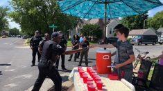 Asaltan con un arma a 2 chicos que vendían limonadas, luego la policía hace algo increíble