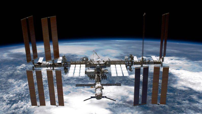La Estación Espacial Internacional (ISS) se ve desde el transbordador espacial de la NASA Endeavour después de que la estación y el transbordador comenzaran su separación relativa post-descubrimiento, el 29 de mayo de 2011 en el espacio. (NASA vía Getty Images)
