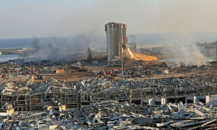 Se ve un silo destruido entre los escombros tras la explosión en el puerto de la capital del Líbano, Beirut, el 5 de agosto de 2020. (ANWAR AMRO/AFP vía Getty Images)