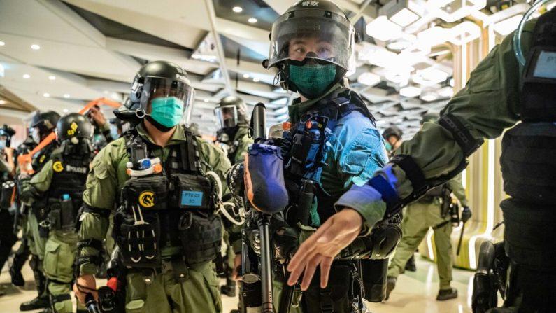 La policía antidisturbios asegura un área dentro de un centro comercial durante una manifestación en Hong Kong el 21 de julio de 2020. (Anthony Kwan/Getty Images)