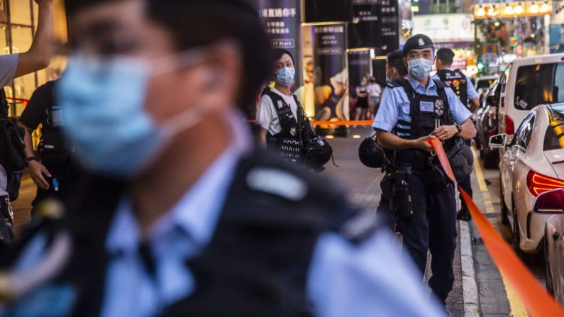 La policía instaló un cordón afuera luego de que las personas protestaran por la libertad de prensa dentro de un centro comercial en Hong Kong el 11 de agosto de 2020 (Isaac Lawrence/AFP a través de Getty Images)