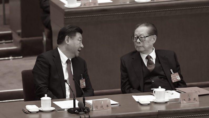 El líder chino Xi Jinping (izq.) habla con el exlíder Jiang Zemin (der.) durante la clausura del 19º Congreso del Partido Comunista en el Gran Salón del Pueblo en Beijing, China, el 24 de octubre de 2017. (Wang Zhao/AFP vía Getty Images)