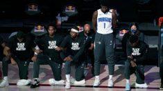 Jugador de la NBA y entrenadores de pie durante el himno nacional