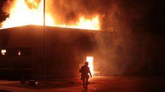 Alborotadores incendian Kenosha y un nuevo video muestra a Jacob Blake peleando con la policía