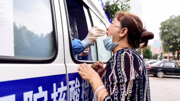 """""""No dejan en paz a nadie"""": Ciudad al norte de China al límite mientras se propaga el brote de virus"""