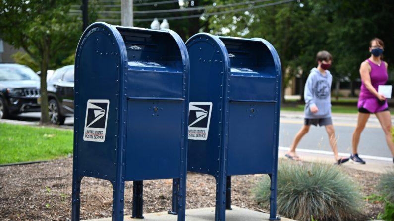 Los buzones en las afueras de la oficina de correos de Morris Plains, N.J., el 17 de agosto de 2020. (Theo Wargo/Getty Images)