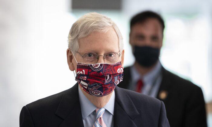 El líder de la Mayoría del Senado Mitch McConnell (R-Ky.) llega al Capitolio para asistir al almuerzo de política republicana del Senado el 28 de julio de 2020. (Drew Angerer/Getty Images)