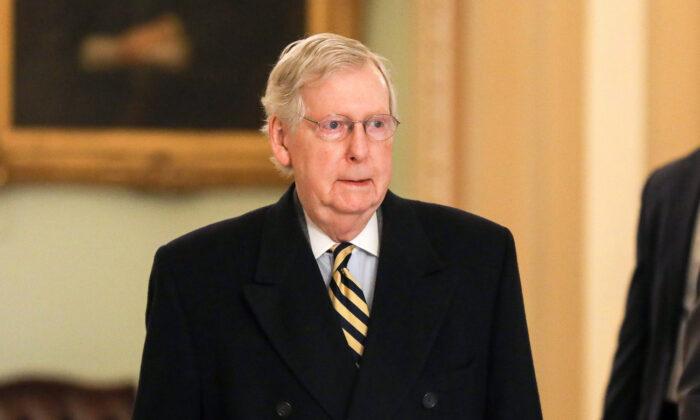 El líder de la mayoría en el Senado, Mitch McConnell (R-Ky.) llega al Capitolio en Washington el 27 de enero de 2020 (Charlotte Cuthbertson / The Epoch Times) El líder de la mayoría en el Senado, Mitch McConnell (R-Ky.) Llega al Capitolio en Washington el 27 de enero de 2020 (Charlotte Cuthbertson / The Epoch Times)