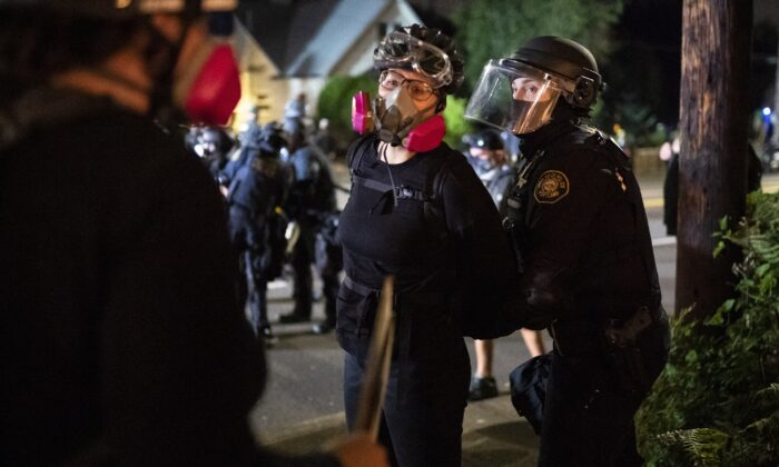 Un individuo es arrestado durante los disturbios en Portland, Oregon, el 30 de agosto de 2020. (Nathan Howard/Getty Images)