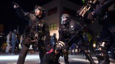 Alborotadores lanzan rodamientos, pelotas de golf y piedras a la policía de Portland