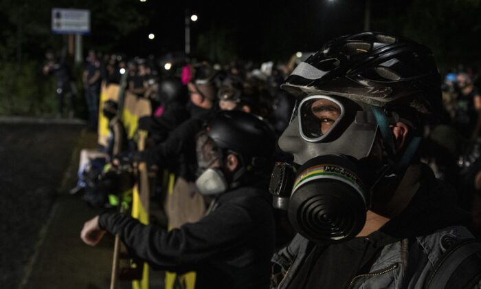 Alborotadores en Portland, estado de Oregon, Estados Unidos, el 15 de agosto de 2020. (Paula Bronstein/Getty Images)