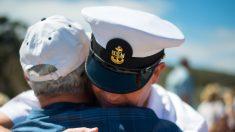 """Veterano de 84 años """"muy orgulloso"""" recibe diploma de secundaria 66 años después de servir en Corea"""