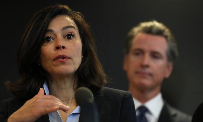 La Dra. Sonia Angell, directora del Departamento de Salud Pública de California y oficial de salud estatal, habla en una conferencia de prensa en Sacramento, California, el 27 de febrero de 2020 (Justin Sullivan/Getty Images).