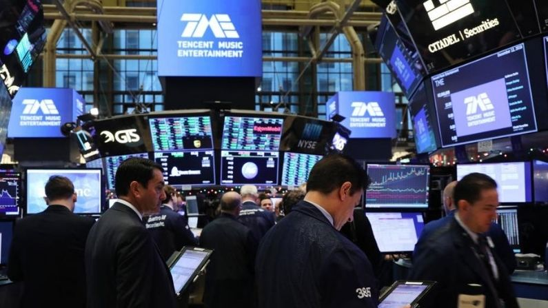 Los operadores trabajan en el piso en la Bolsa de Valores de Nueva York (NYSE) mientras el servicio de transmisión de música china Tencent Music lanza su IPO el 12 de diciembre de 2018 en la ciudad de Nueva York. (Spencer Platt/Getty Images)