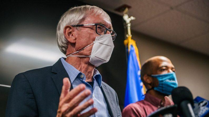 El gobernador de Wisconsin, Tony Evers, habla con los periodistas en Kenosha, Wisconsin, el 27 de agosto de 2020. (Brandon Bell/Getty Images)