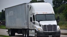 Mujer raptada salta de camión de 18 ruedas en movimiento para huir de presuntos traficantes de personas