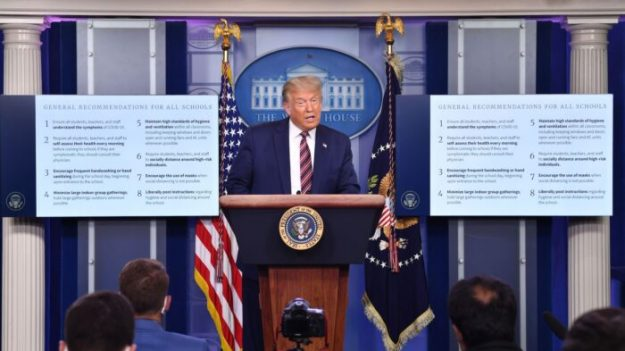 Trump presenta a un nuevo consejero para la COVID-19 que apoya la reapertura de las escuelas