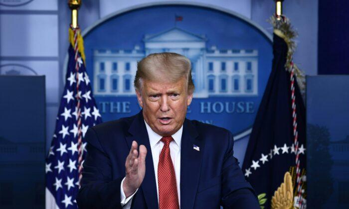 El presidente Donald Trump habla a la prensa en la sala Brady de la Casa Blanca el 10 de agosto de 2020. (Brendan Smialowski/AFP vía Getty Images)