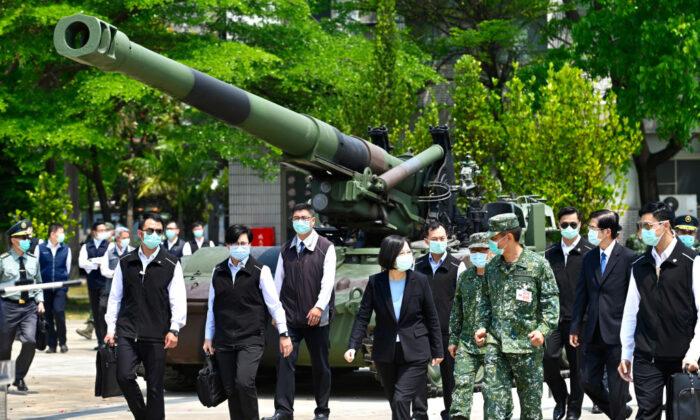 La presidenta de Taiwán, Tsai Ing-wen, visita una base militar en Tainan, en el sur de Taiwán, el 9 de abril de 2020. (Samm Yeh/AFP vía Getty Images)