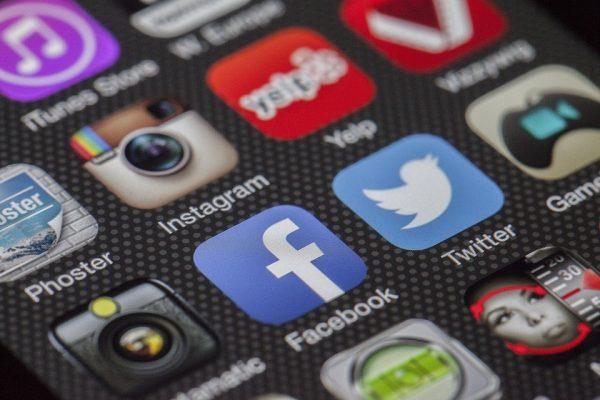 Aplicaciones de Twitter y Facebook en un celular. (Lobo Studio Hamburg/Pixabay)