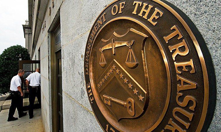 Oficiales de la División de Uniformados del Servicio Secreto entran por la puerta cerca del sello del edificio del Tesoro de EE.UU. el 9 de agosto, en Washington. (Paul J. Richards /AFP/Getty Images)