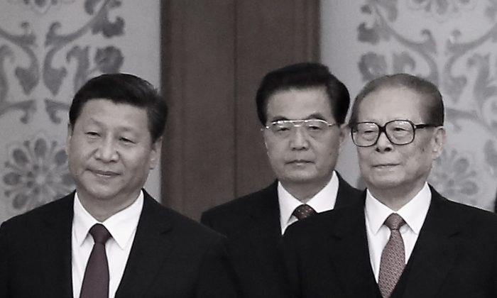 (De izquierda a derecha) El jefe del Partido Comunista Chino Xi Jinping y sus predecesores Hu Jintao y Jiang Zemin el 30 de septiembre de 2014 en Beijing, China. (Feng Li/Getty Images)