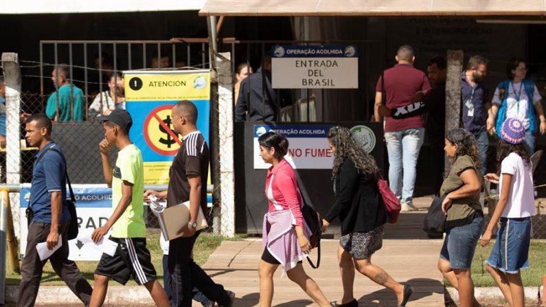 Venezolanos hacen fila para ser identificados en la Operación Acolhida, en febrero de 2020, en la frontera con Venezuela, en la ciudad de Pacaraima (Brasil). EFE/Joédson Alves/Archivo