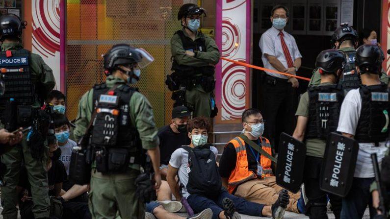 La policía detiene a varios manifestantes durante una manifestación contra el aplazamiento de las elecciones al Consejo Legislativo en Hong Kong, el 6 de septiembre de 2020. EFE/EPA/JEROME FAVRE
