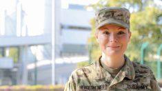 Mujer se convierte en enfermera del Ejército de EE. UU. después de crecer en 33 casas de acogida