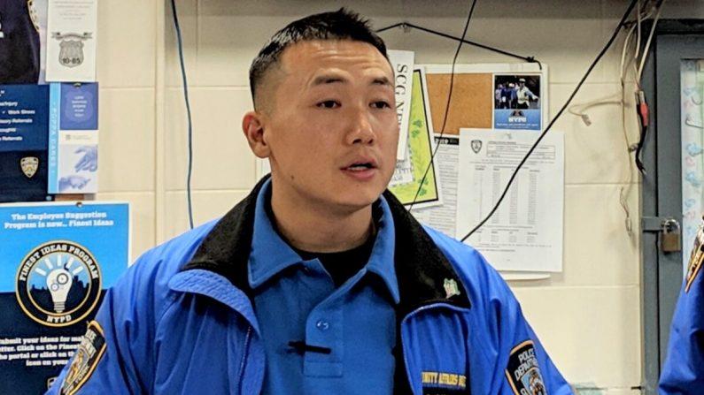 El oficial de policía de Nueva York, Baimadajie Angwang, en una conferencia de prensa en Nueva York el 7 de febrero de 2019. (The Epoch Times)