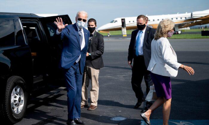 El candidato presidencial demócrata, Joe Biden, con su esposa, la Dra. Jill Biden (dcha.), saluda mientras aborda su avión en New Castle, Delaware, el 3 de septiembre de 2020. (Jim Watson/AFP a través de Getty Images)