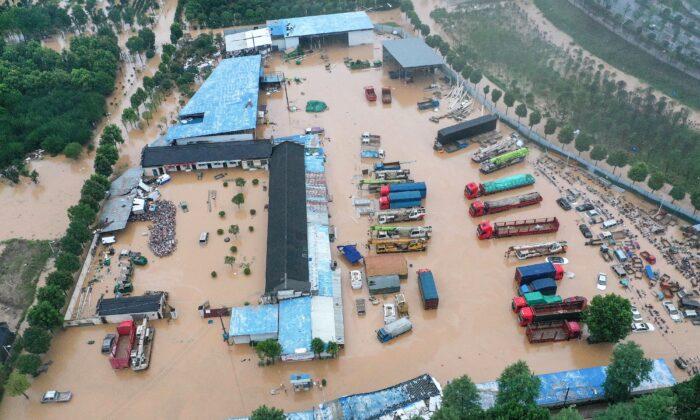 Edificios y vehículos inundados después de que las fuertes lluvias causaran inundaciones en el condado de Shexian, ciudad de Huangshan, en la provincia de Anhui, en el este de China, el 7 de julio de 2020. (STR/AFP a través de Getty Images)