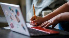 Profesor captado dando clases a sus alumnos en cibercafé recibe apoyo de internautas
