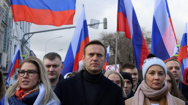 El líder de la oposición rusa Alexéi Navalni (c) participa en una marcha en memoria del crítico del Kremlin asesinado Boris Nemtsov en el centro de Moscú (Rusia) el 29 de febrero de 2020. (Foto de KIRILL KUDRYAVTSEV/AFP vía Getty Images)