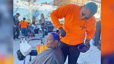 Mujer dedicada a cambiar la apariencia de personas sin hogar los sigue apoyando en medio de la pandemia