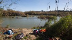 Agentes federales rescatan a inmigrantes ilegales que cayeron en auto al río Grande