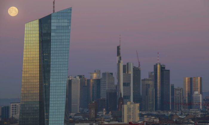 Los edificios de oficinas, incluyendo las sedes corporativas del Banco Central Europeo (BCE), Commerzbank y Deutsche Bank se encuentran en el distrito financiero en el centro de la ciudad iluminado por la luna llena y el amanecer en Frankfurt, Alemania, el 21 de marzo de 2019. (Thomas Lohnes/Getty Images)