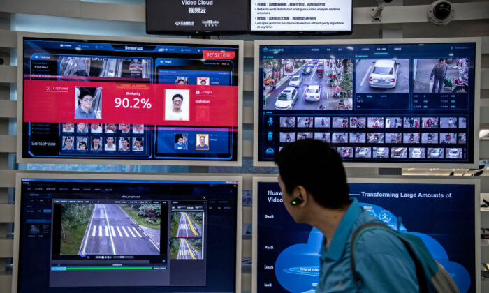 Una pantalla muestra la interfaz de un sistema de reconocimiento facial e inteligencia artificial en el campus Bantian, de Huawei, en Shenzhen, China, el 26 de abril de 2019. (Kevin Frayer/Getty Images).