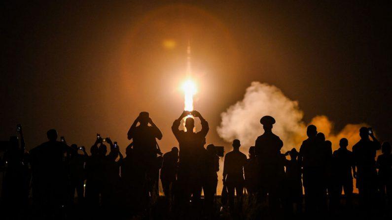 La nave espacial Soyuz MS-13 despega hacia la Estación Espacial Internacional (ISS) desde la plataforma de lanzamiento del cosmódromo de Baikonur, en Kazajstán, el 20 de julio de 2019. (KIRILL KUDRYAVTSEV/AFP a través de Getty Images)