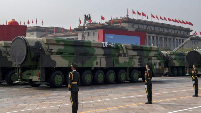 Los nuevos misiles balísticos intercontinentales DF-41 del ejército chino, se ven en un desfile para celebrar el 70 aniversario de la fundación de la República Popular China en 1949, en la Plaza de Tiananmen, el 1 de octubre de 2019, en Beijing, China. (Kevin Frayer/Getty Images)