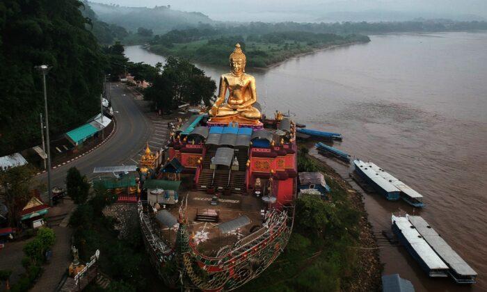Foto aérea tomada el 20 de septiembre de 2019: muestra un Buda gigante en el lado tailandés del Triángulo Dorado en la provincia de Chiang Rai. China quiere cortar un canal a través del sur de Tailandia para construir una circunvalación al Estrecho de Malaca. (LILLIAN SUWANRUMPHA/AFP vía Getty Images)