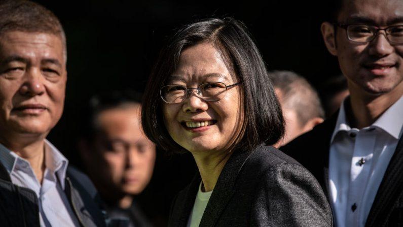 La presidenta de Taiwán, Tsai Ing-wen, después de haber votado en las elecciones presidenciales del 11 de enero de 2020 en Taipei, Taiwán. (Carl Court/Getty Images)