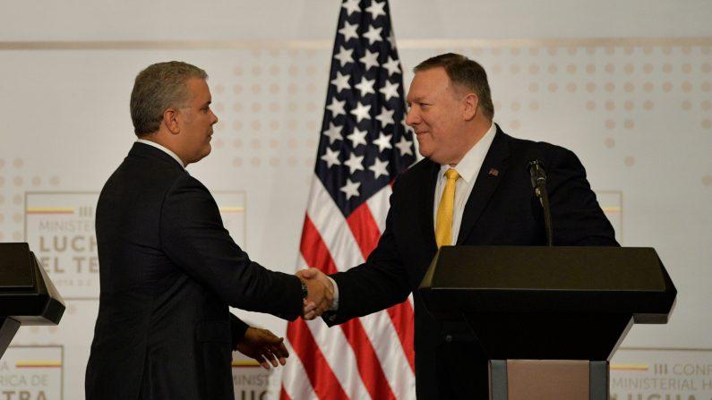 El secretario de Estado de EE. UU., Mike Pompeo (der.) y el presidente colombiano, Iván Duque, se dan la mano mientras ofrecen un comunicado de prensa en Bogotá, el 20 de enero de 2020. (RAUL ARBOLEDA/AFP a través de Getty Images)