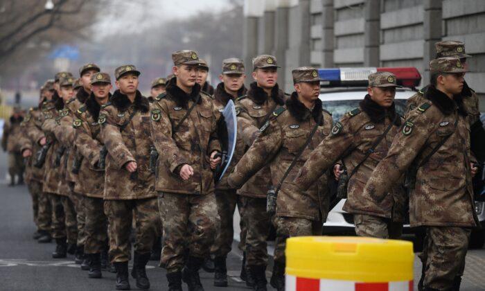 Soldados militares chinos marchan a sus cuarteles frente al Gran Salón del Pueblo en Beijing, China, el 24 de febrero de 2020. (Greg Baker/AFP vía Getty Images)
