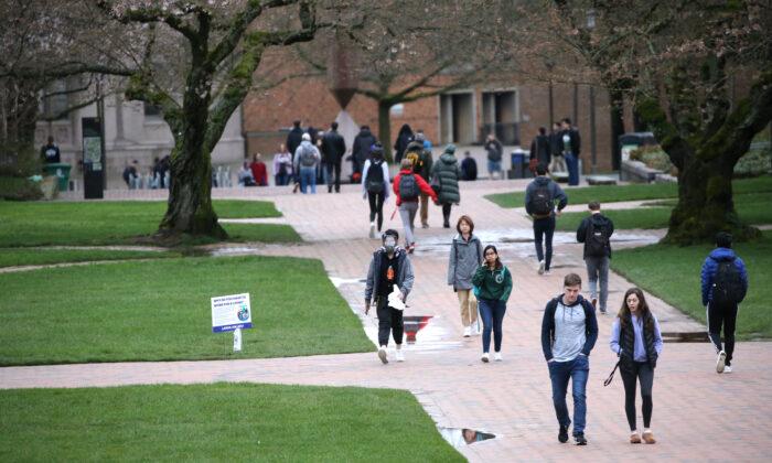 Los estudiantes de la Universidad de Washington están en el campus para su último día de clases presenciales en Seattle el 6 de marzo de 2020. (Karen Ducey/Getty Images)