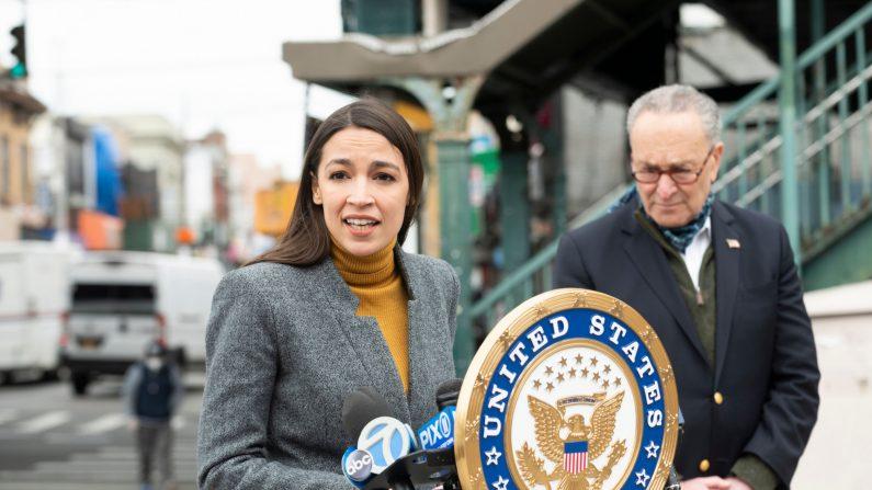 La congresista demócrata de Nueva York, Alexandria Ocasio-Cortez, habla mientras el líder de la minoría del Senado, Chuck Schumer, escucha durante una conferencia de prensa en el barrio Corona de Queens, en la ciudad de Nueva York, el 14 de abril de 2020. (Johannes Eisele/AFP a través de Getty Images)