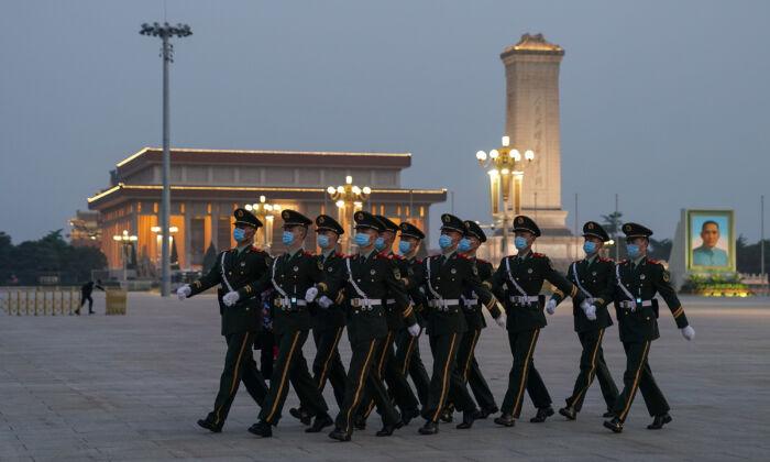Soldados militares chinos marchan en la Plaza de Tiananmen en Beijing, China, el 28 de abril de 2020. (Lintao Zhang/Getty Images)